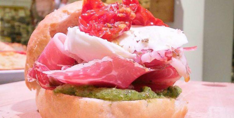 Panini gourmet Salumeria Bianco - Pesto artigianale di Pistacchi, Capocollo di Martina Franca, Mozzarella artigianale di masseria, Fiaschetto semisecco di Torre Guaceto sott'olio e un pizzico di Origano.